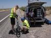 Justering av gir mens syklisten kjøler seg ned i skyggen